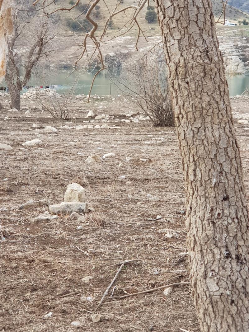 Baraj suyu çekildi, eski mezarlıklar gün yüzüne çıktı.