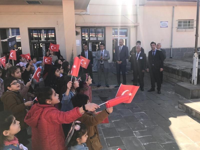 BARIŞ MANCO ÖĞRENCİLER TARAFINDAN KURTALAN TREN GAR'INDA ANILDI