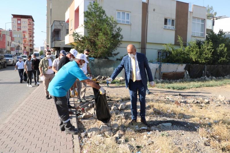 Belediye başkanı vatandaşlarla birlikte çöp topladı