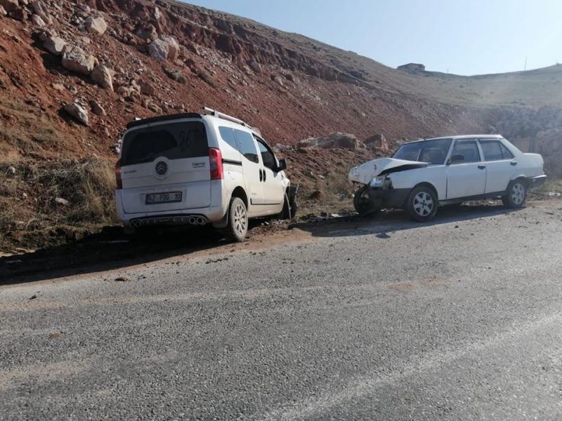 İki araç kafa kafaya çarpıştı: 5 yaralı