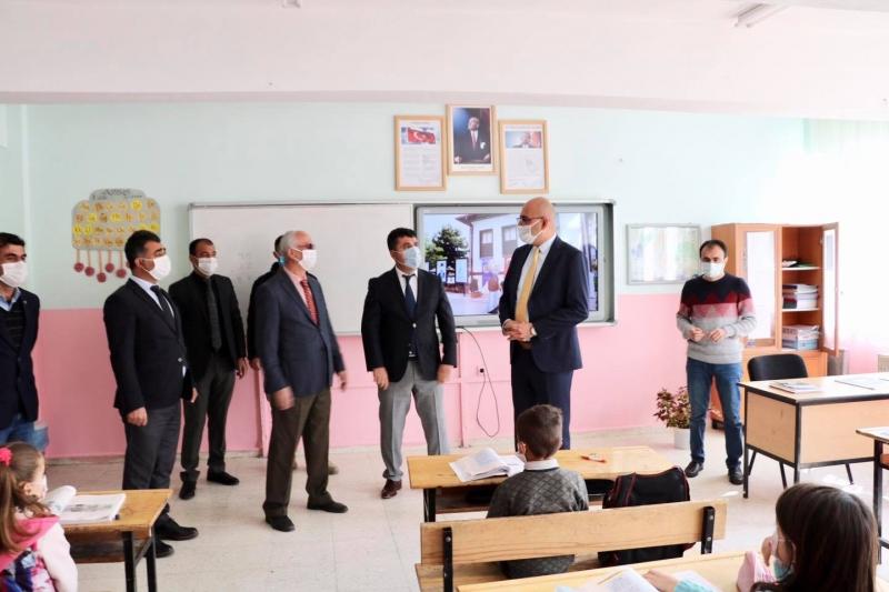 Kaymakam Aydın okulları gezdi,çocuklara maske dağıttı