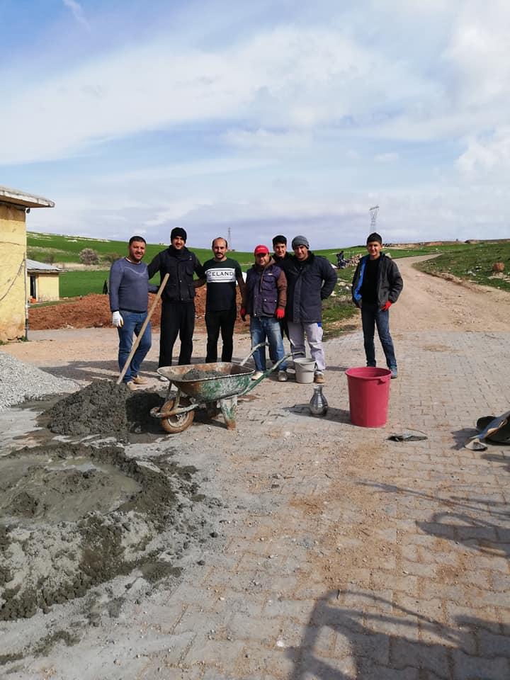 Köy Okulunda öğretmenler ele ele verip köy okulunu onarıyor
