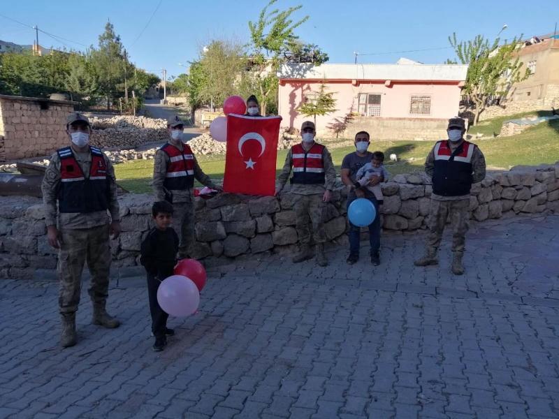 Küçük Hülya'nın Bayrak İsteğini  Jandarma Yerine Getirdi