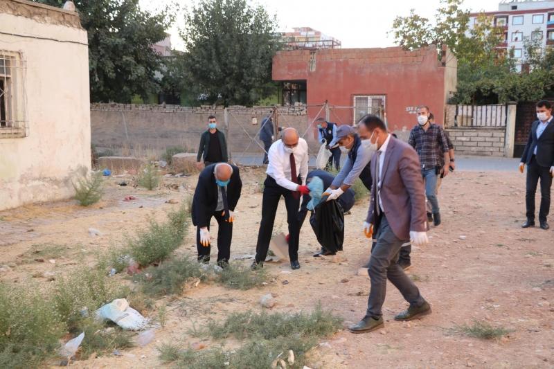 Kurtalan Kaymakamı Sokaklarda Çöp Topladı