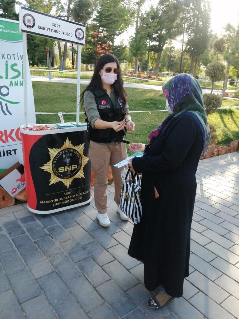 """Kurtalan'da """"En İyi Narkotik Polisi Anne"""" Projesi Kapsamında Broşür Dağıtıldı"""