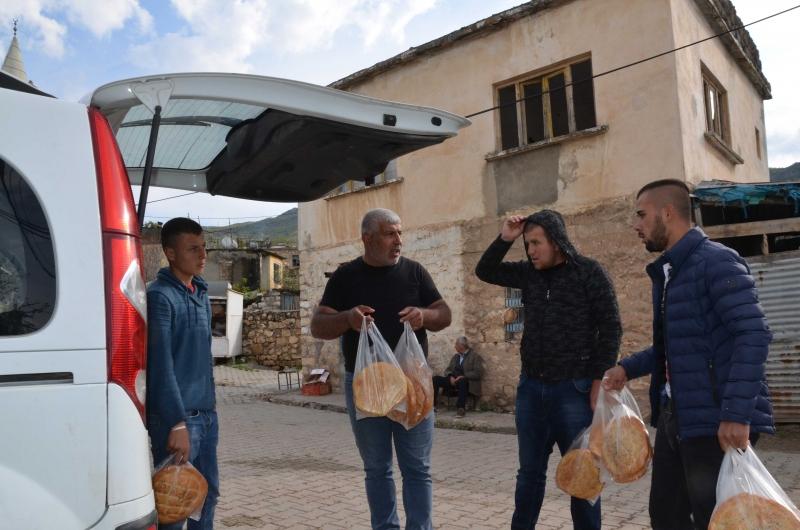 Kurtalan'da Hayırsever Vatandaş köylüye tek tek ekmek dağıttı