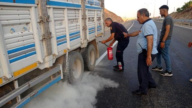 Kurtalan'da lastiklerden çıkan dumanı fark eden sürücü kamyonu yanmaktan kurtardı