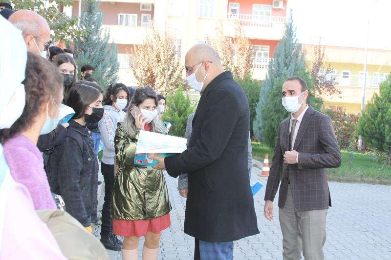 Kurtalan'da öğrencilere yardımcı kaynak kitap hediye edildi