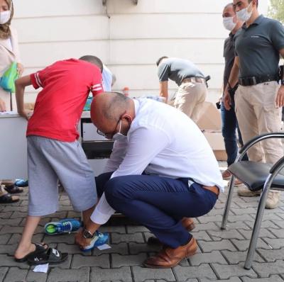 İhtiyaç sahibi çocuklara bayramlık ayakkabı hediye edildi