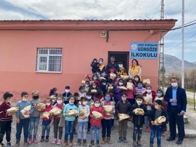 Sen de Bir Çocuk Sevindir  Derneği'nden  Kurtalan Gürgöze Köy Okul Öğrencilerine Ayakkabılar Hediye Etti